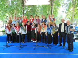 Mešani pevski zbor Slovenski dom in harmonikar Franc Rop. Foto: Darko Abramović