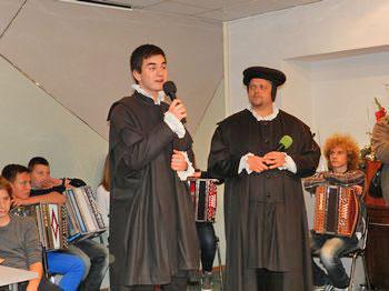 Igralca Filip Černelč in Boštjan Arh sta obiskovalce pozdravila kot Jurij Dalmatin in Adam Bohorič. Foto: Polona Brenčič/POSAVJE.info
