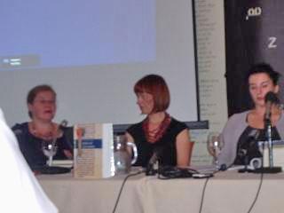 Anita Peti-Stantić, povezovalka razprave Ksenija Banović in znanstvena sodelavka z Oddelka za kroatistiko FFZG-a Iva Nazalević Čučević (od leve proti desni). Foto: a.k.m.