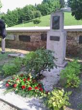 Grob neuslišane Vrazove ljubezni Julijane Cantilly pri župnijski cerkvi Svete Anastazije v Samoborju. Foto: a.k.m.