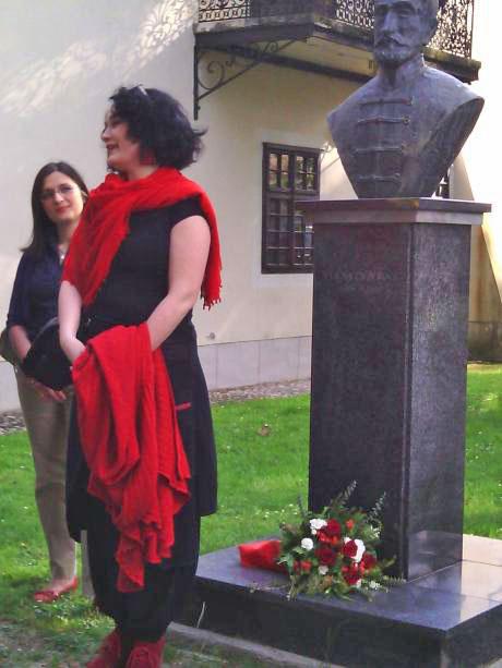 Maja Gal Štromar ob spomeniku Stanka Vraza pred Samoborskim muzejem. Foto: a.k.m.