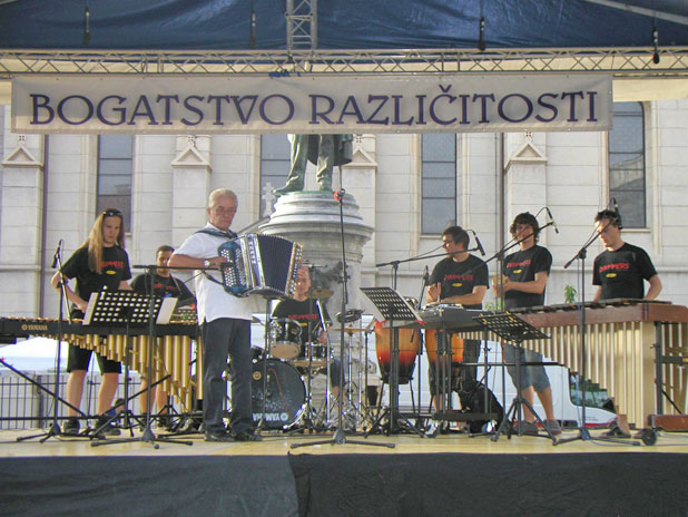 Franc Rop s harmonikom i skupina S.udar.