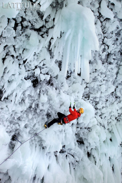 Klemen Premrl u ledenom slapu. Foto: Latitude